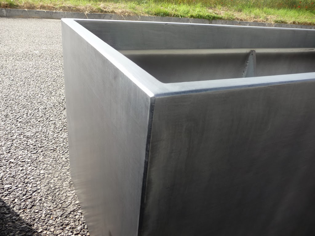 image 39 in jardini re en fibre ciment imitant l 39 aspect du zinc. Black Bedroom Furniture Sets. Home Design Ideas